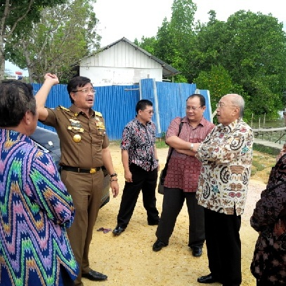 Sofyan Wanandi berdiskusi dengan Gubernur Nur Alam di kawasan pantai Teluk Kendari. Di kawasan itu bos Grup Gemala itu berniat membangun hotel berbintang. Foto Ikhsan Rifani SH